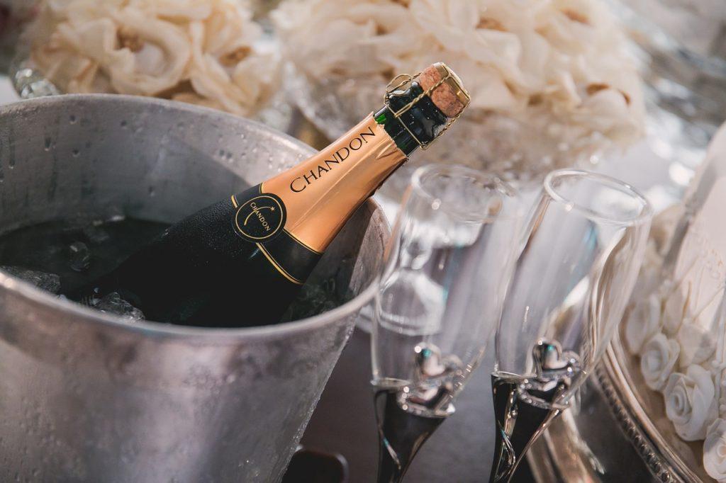 Как безопасно открыть шампанское
