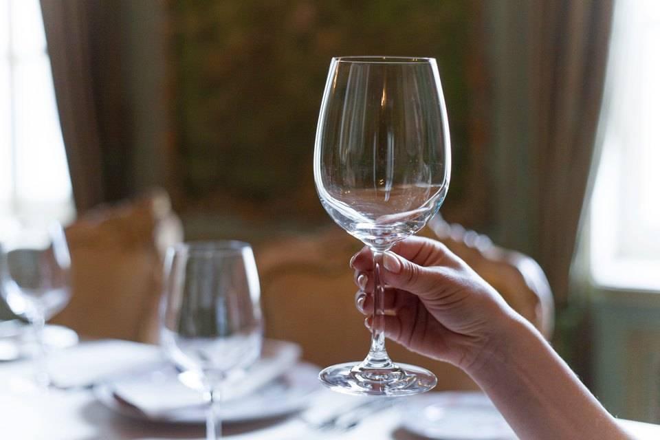 Как правильно держать бокалы с напитками