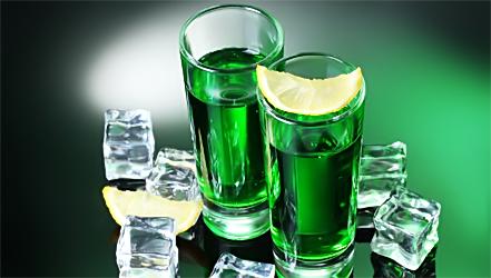 Крепкий спиртной напиток зеленого цвета