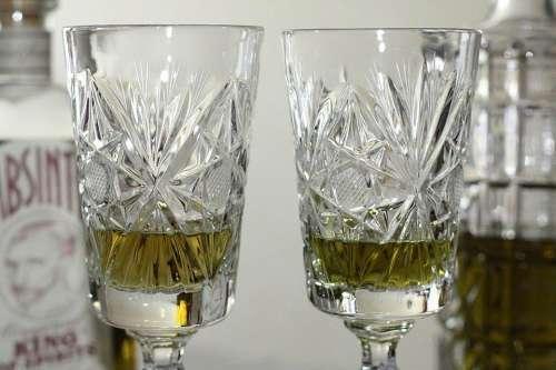 Зеленый алкогольный напиток 70 градусов