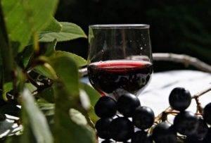 Напиток из черноплодной рябины с вишневыми листьями