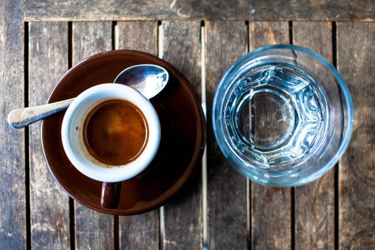 Почему кофе пьют с холодной водой