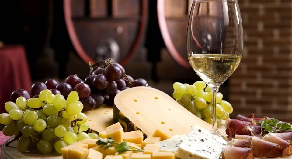 Вино белое полусухое pinot grigio
