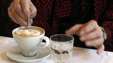 Зачем кофе запивают холодной водой