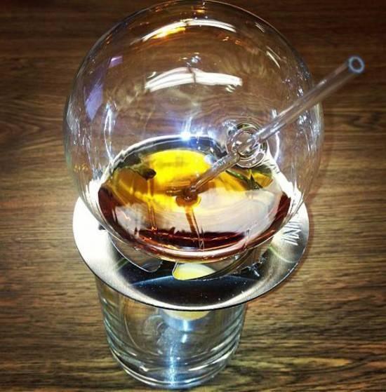 Ингаляция алкоголя в барах из стеклянного шара