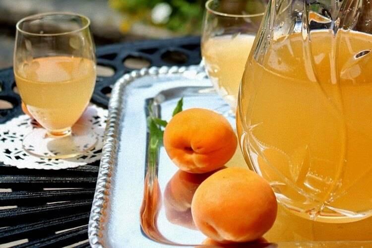 Ликер из желто оранжевых плодов с косточками