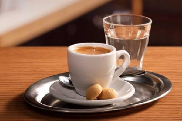 Для чего к кофе подают стакан воды